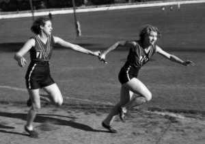 Runners_in_a_relay_race,_Brisbane,_1939